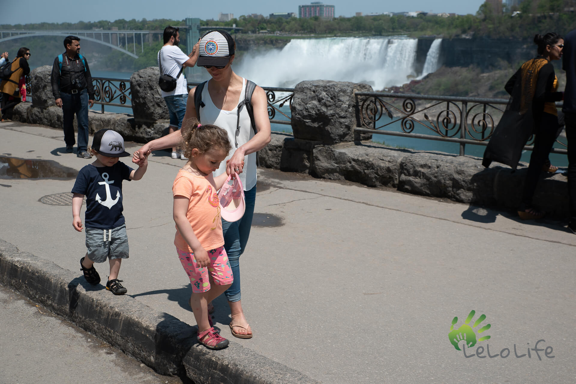 LeLoLife - Marcher avec les enfants aux Chutes Niagara