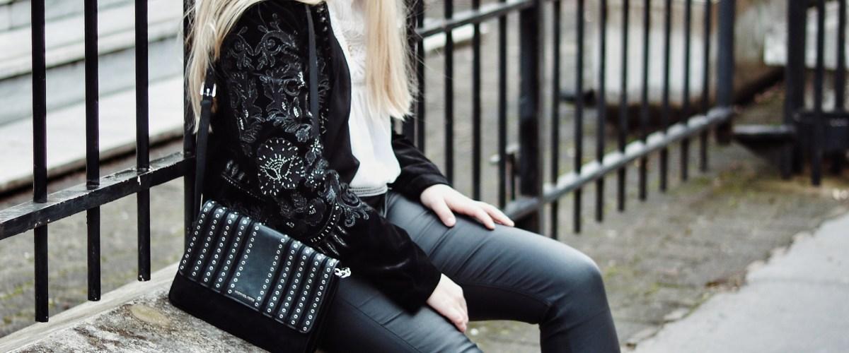 Parfait mariage du jean enduit et veste en velours