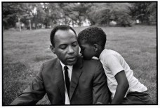 USA. New York City. 1966. James MEREDITH et son fils à Central Park. Bruce Davidson.