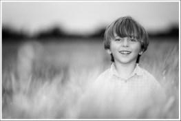 Adrien dans le champ de blé