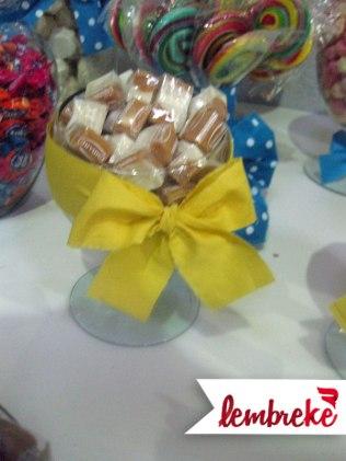 Vidro de doces com laço amarelo
