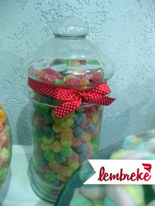 Vidro de doces com laço vermelho de bolinhas