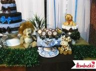 Mesa do bolo decorada com pelúcias