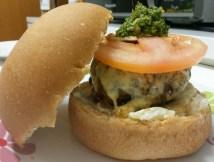 Hambúrguer de Fraldinha, Queijo Emmental, tomate e Pesto de Manjericão