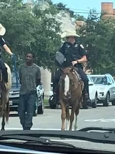 États-Unis : Deux policiers blancs à cheval tirent un suspect noir par une corde 1