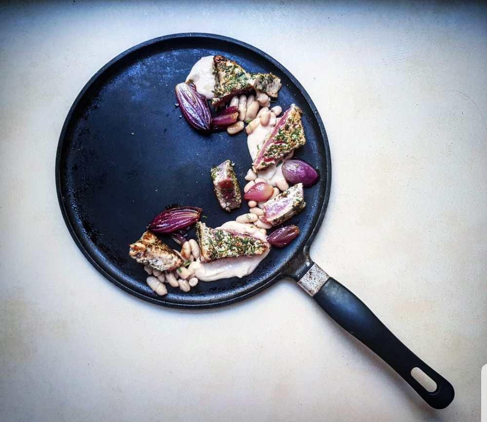 tonno con fagioli schiacciati e cipolle in agrodolce