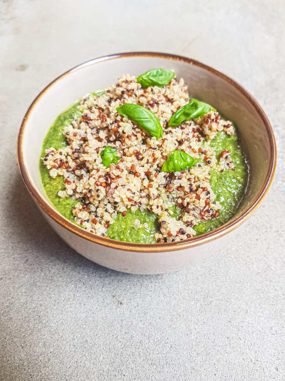 quinoa con crema di spinaci e pisellini