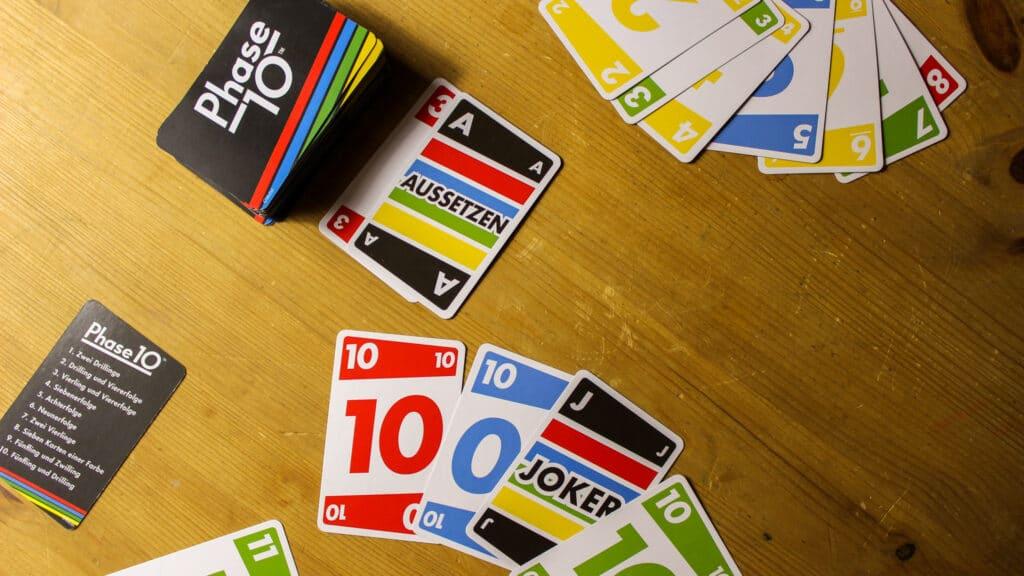 Das Kartenspiel Phase 10 von oben fotografiert. Aus dem Artikel: Unsere Top 5 Gesellschaftsspiele gegen Langeweile