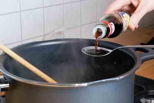 Würzen der Ramen-Brühe mit Soja-Sauce. Aus dem Artikel Shoyu Ramen mit Teriyaki Tofu – schnell und lecker