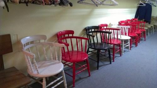 Chaises tricolores dans un centre de loisirs