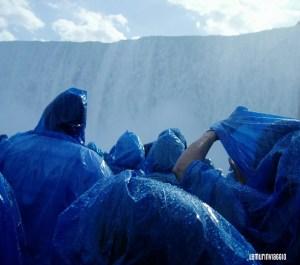 a cospetto delle cascate del Niagara