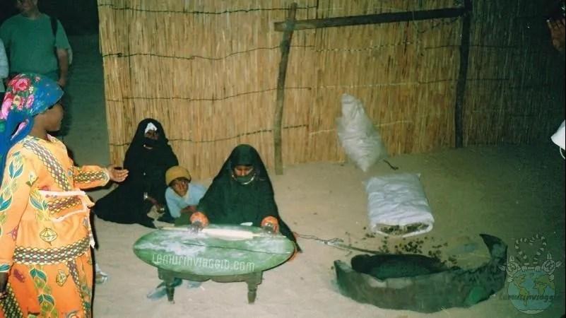 Cena nel deserto in un villaggio beduino in Egitto nella zona di Hurgada