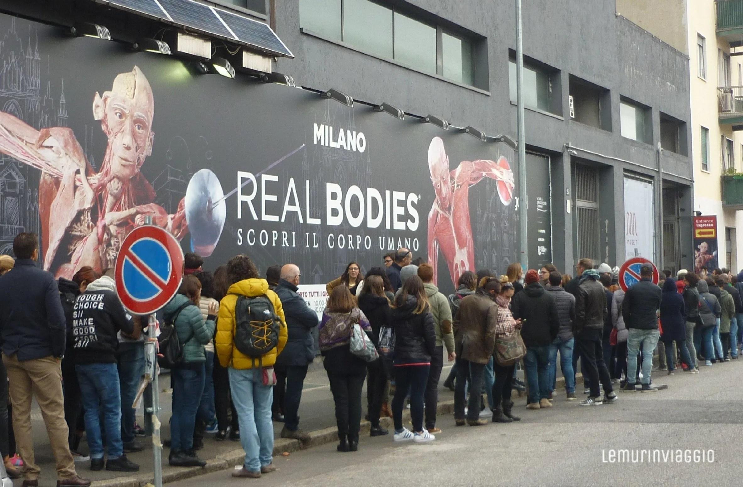 Fila per la mostra Real Bodies (con corpi veri)