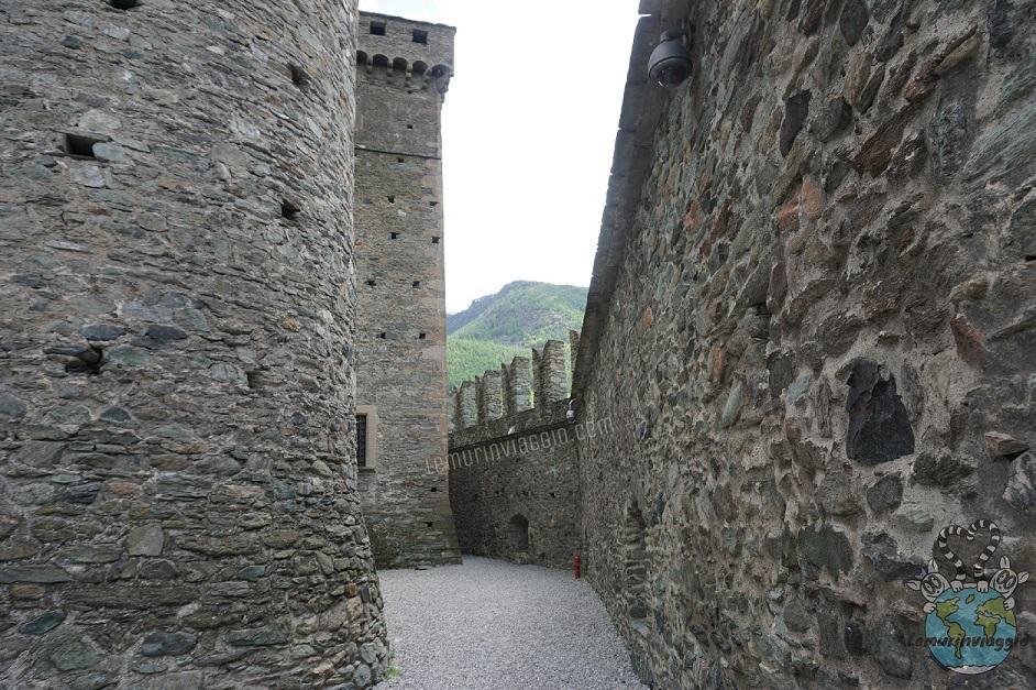 mura e corridoio esterno del Castello di Fenis