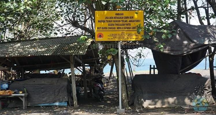 Cartello con indicazioni in caso di tsunami dopo un terremoto in Indonesia