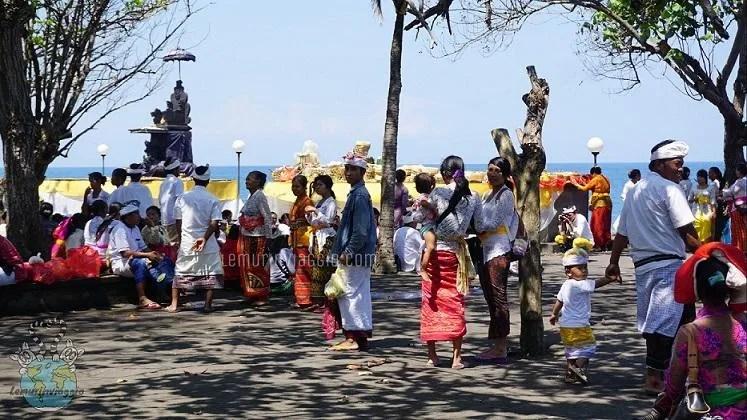 Cerimonia davanti al Pura Goa Lawah
