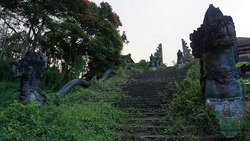 Decadenza e rovine nelle highlands di Bali Naga e portali nel palazzo fantasma ghost palace