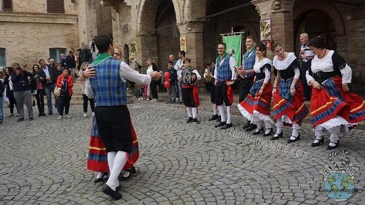 Danze tipiche marchigiane il saltarello durante il #montecassianophotowalk