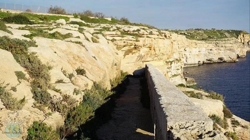 Passaggio lungo la scogliera per arrivare alla grotta di Hasan a Birżebbuġa