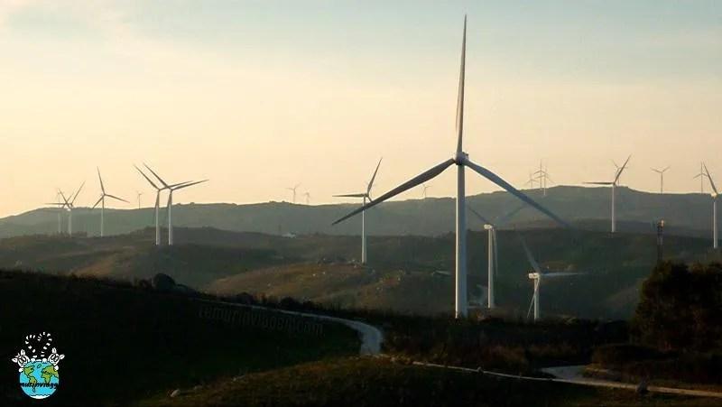 Pale eoliche al tramonto nella campagna portoghese