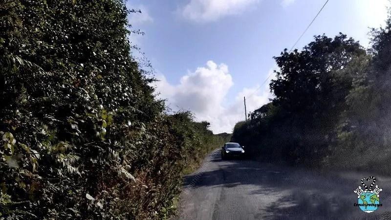 Strade strette in Inghilterra dove fanno fatica a passare un auto alla volta.