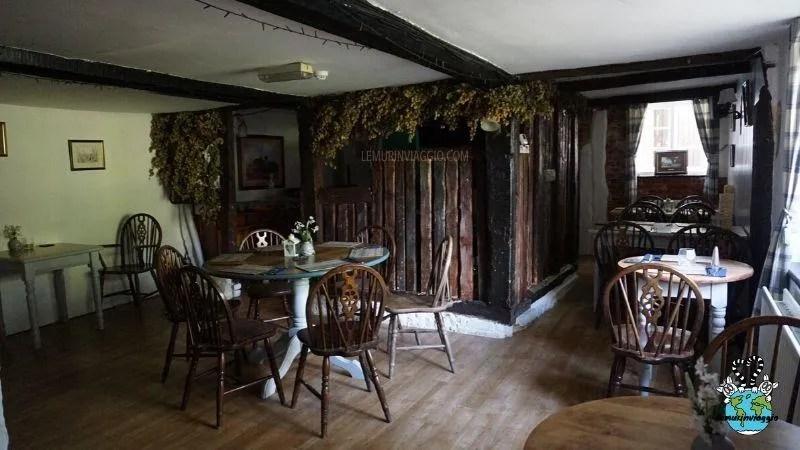 Una delle sale del pub più infestato del Kent in Gran Bretagna