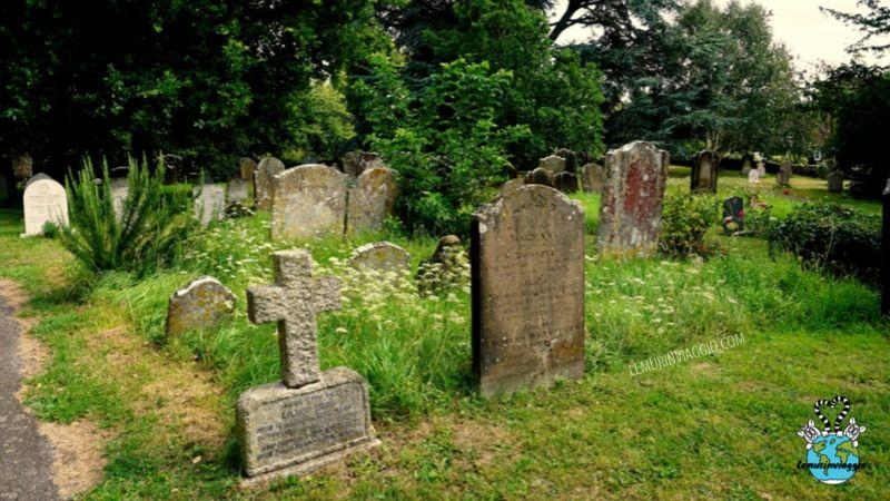 cimitero del villaggio più infestato della Gran Bretagna : Pluckley. Qui La Red Lady vaga in cerca della figlia