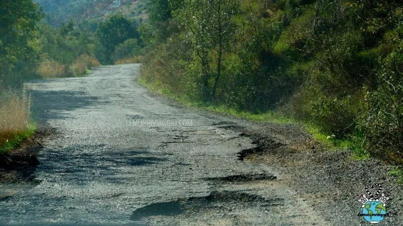 Corfù. Strade asfaltate ma con pericolose buche