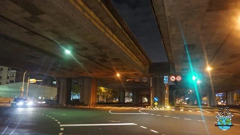 strade multicorsia e sopraelevate nella giungla urbana delle grandi città della costa ovest di Taiwan