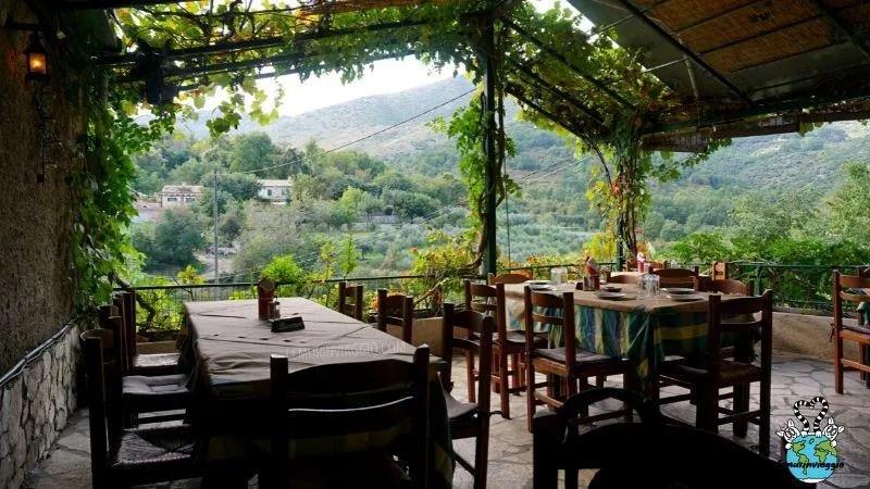 Taverna storica Alkinoos un ristorante attivo nella città fantasma di old perithia a Corfù