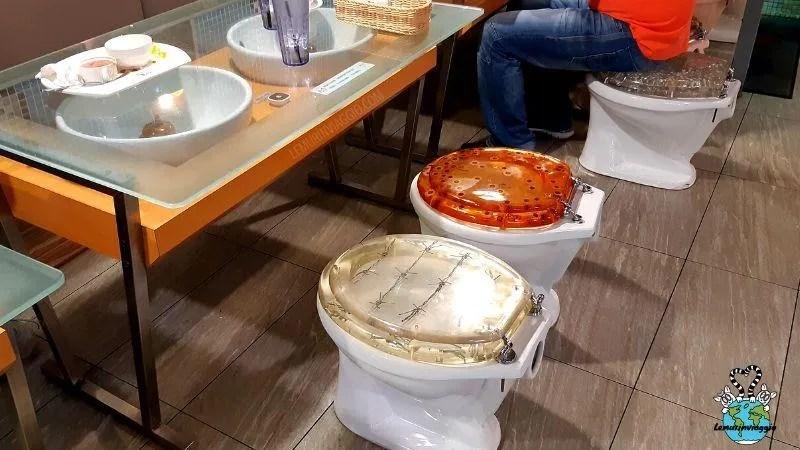 Mangiare al ristorante seduti sui sanitari