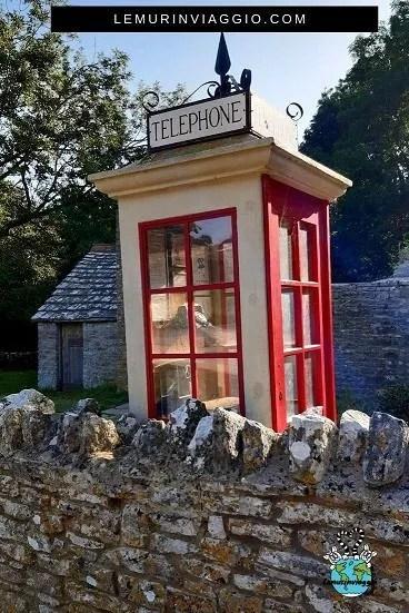 cabina telefonica all'ingresso del villaggio abbandonato di Tyneham