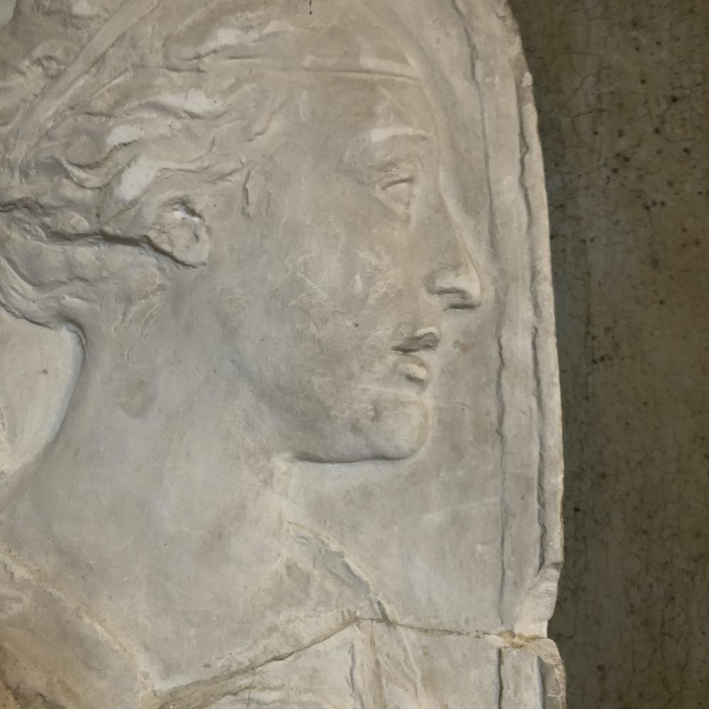 bassorilievo in gesso femminile