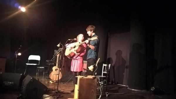 Leïla & Kevin autour d'une même guitare