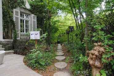 108 eierförmige Trittsteine leiten den Weg durch den öffentlichen Garten.
