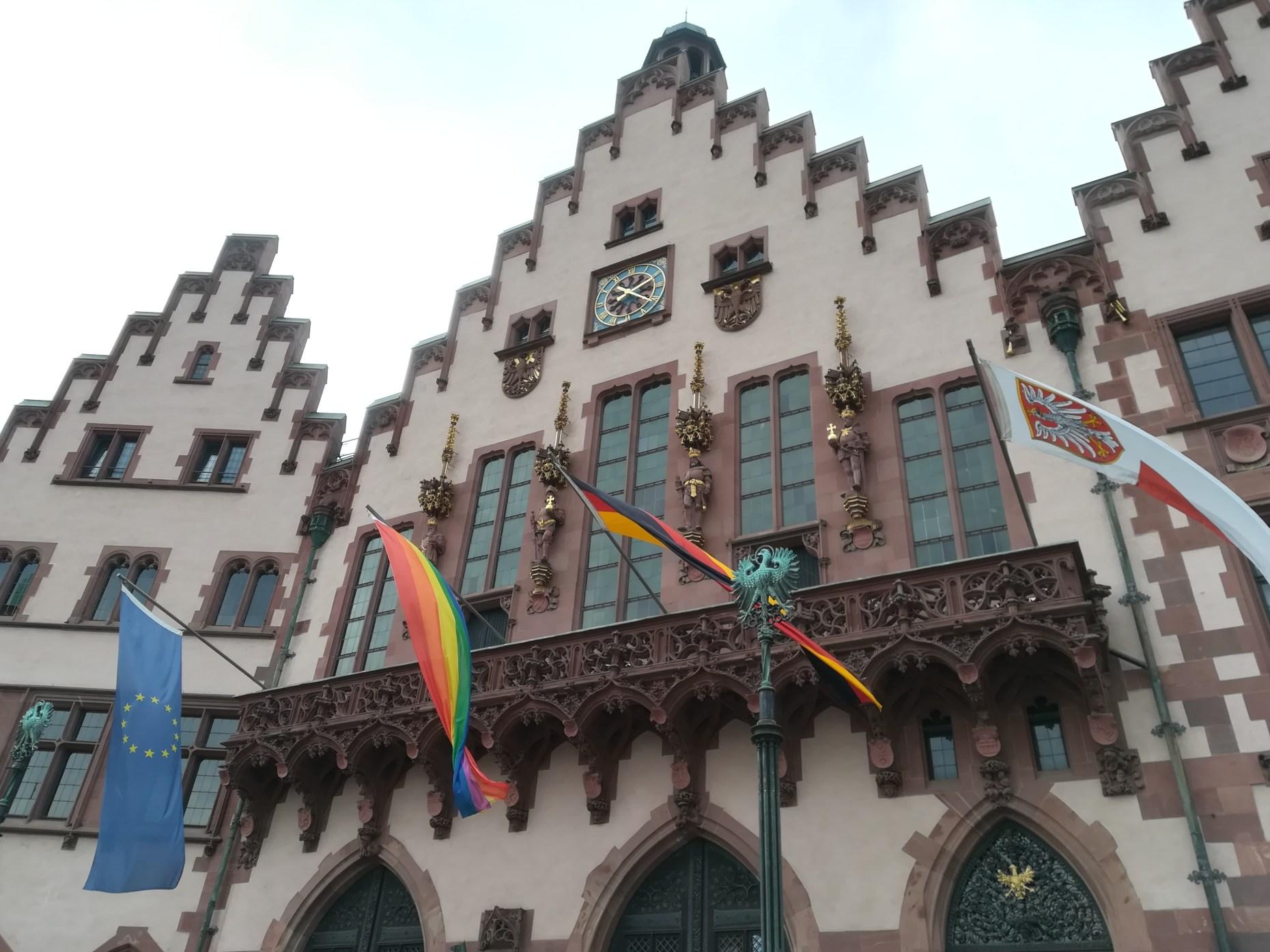 Frankfurter Römer mit Regenbogenflagge