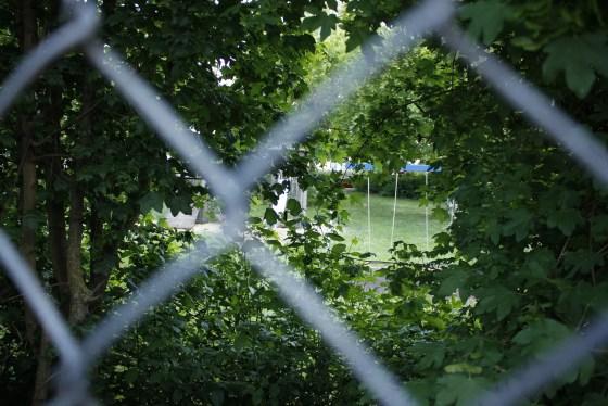 Blick auf den Spielplatz durch Gartenzaun