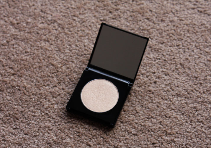 Eleanor Dorn highlighting shimmer powder review - Lena Talks Beauty