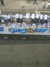 A Nemzetközösségi Játékok zárórendezvénye, fölvonulás Glasgowban