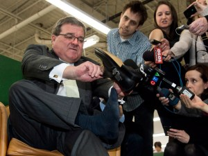 Bộ trưởng Jim Flaherty mua giày tại Roots Leather Factory ở Toronto hôm 20/3. (The Canadian Press/Nathan Denette)