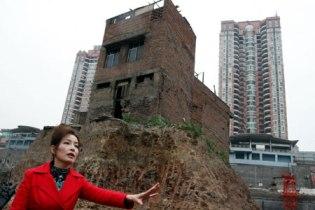 Bà Ngô Bình trước ngôi nhà đinh của mình.