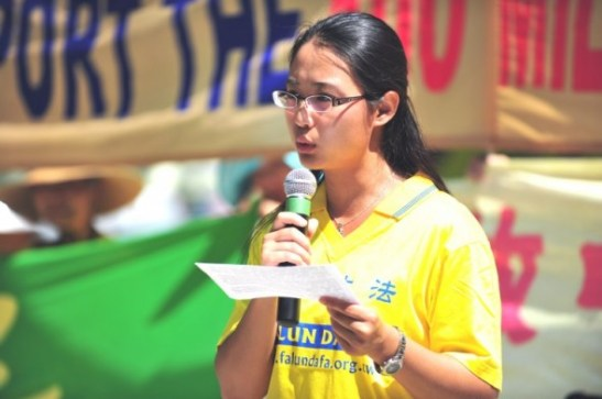 Sonia Zhao phát biểu về việc Pháp Luân Công bị đàn áp ở Trung Quốc tại một cuộc biểu tình ở Toronto hồi tháng 8/2011.  (Gordon Yu/The Epoch Times)