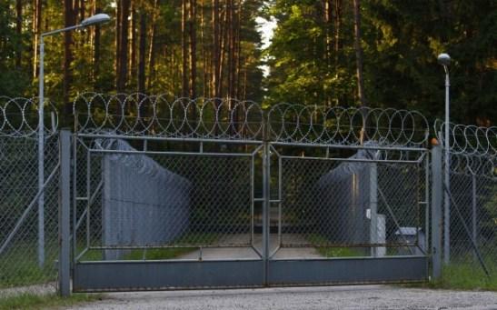 Hàng rào kẽm gai bao quanh một khu vực quân sự ở làng Stare Kiejkuty, Ba Lan (Kacper Pempel/Reuters).