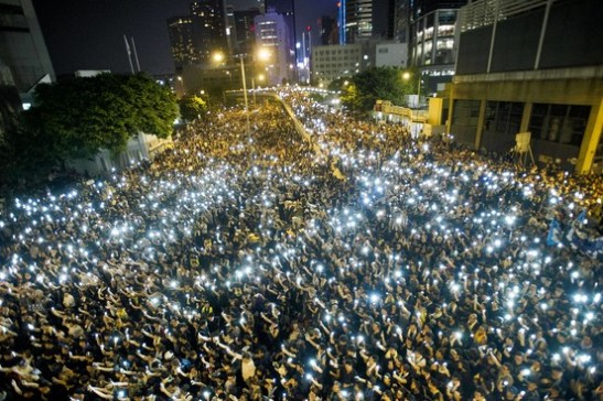 Người biểu tình giơ cao điện thoại di động để biểu bộ sự đoàn kết trong cuộc biểu tình bên ngoài trụ sỏ chính quyền Hong Kong hôm 29/9. (Ảnh: Agence France-Presse/Getty Images)