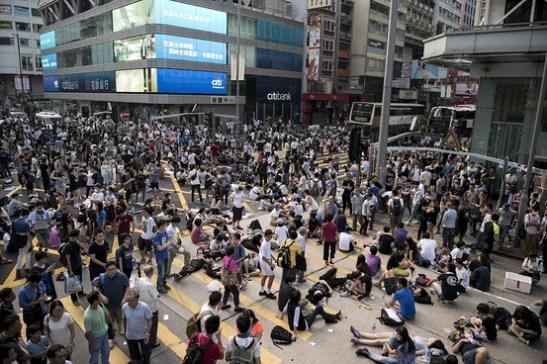 Người biểu tình đòi dân chủ phong tỏa Nathan Road, con đường chính qua trung tâm khu Cửu Long của Hong Kong hôm 29/9. (Ảnh: Alex Ogle/Agence France-Presse/Getty Images)