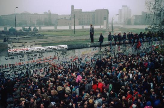 Người dân tụ tập tại Bức tường Berlin sau khi biên giới mở cửa vào ngày 9/11/1989. (Thomas Imo/Photothek/Getty Images)