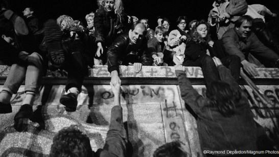 Đông gặp Tây tại Bức tường Berlin hai ngày sau khi tường bị phá vào ngày 9/11/1989
