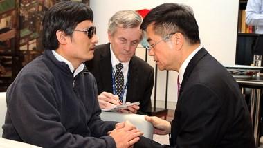 Trần Quang Thành nói chuyện với đại sứ Mỹ tại Trung Quốc Gary Locke tại Đại sứ quán Mỹ. (AP)