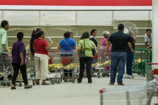 Người dân xếp hàng dài trong siêu thị quốc doanh Bicentenario chuyên bán thực phẩm được chính phủ trợ giá ở Maracaibo. (Miguel Gutiérrez / The Wall Street Journal)