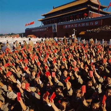 Hồng Vệ Binh cầm Mao tuyển, vẫy chào Mao Trạch Đông tại cuộc mít-tinh ở Quảng trường Thiên An Môn ngày 18-8-1966 (Nguồn: SCMP)
